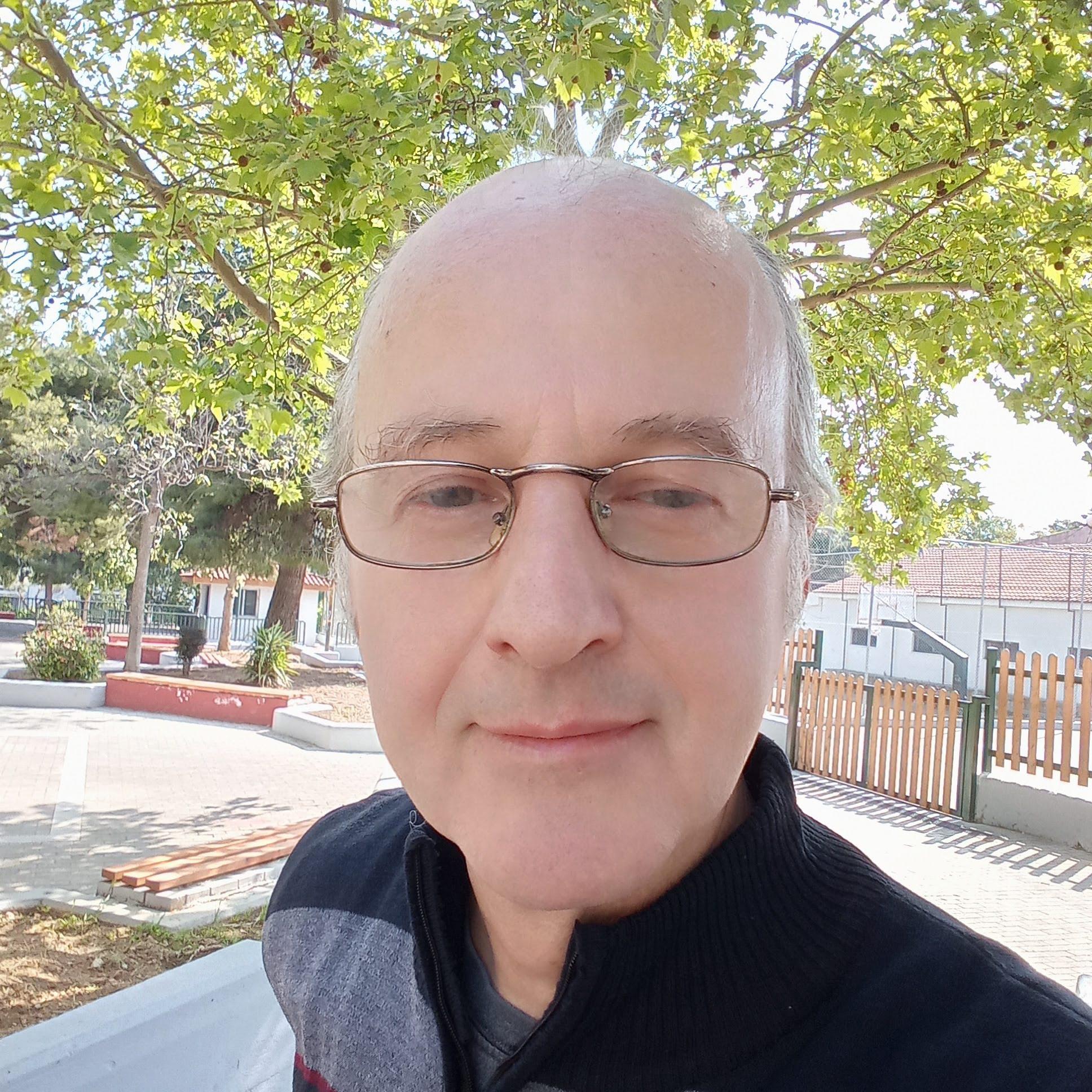 ΑΘΑΝΑΣΙΟΣ ΚΟΛΛΥΡΗΣ Social Media Manager, Content Manager, UX Designer
